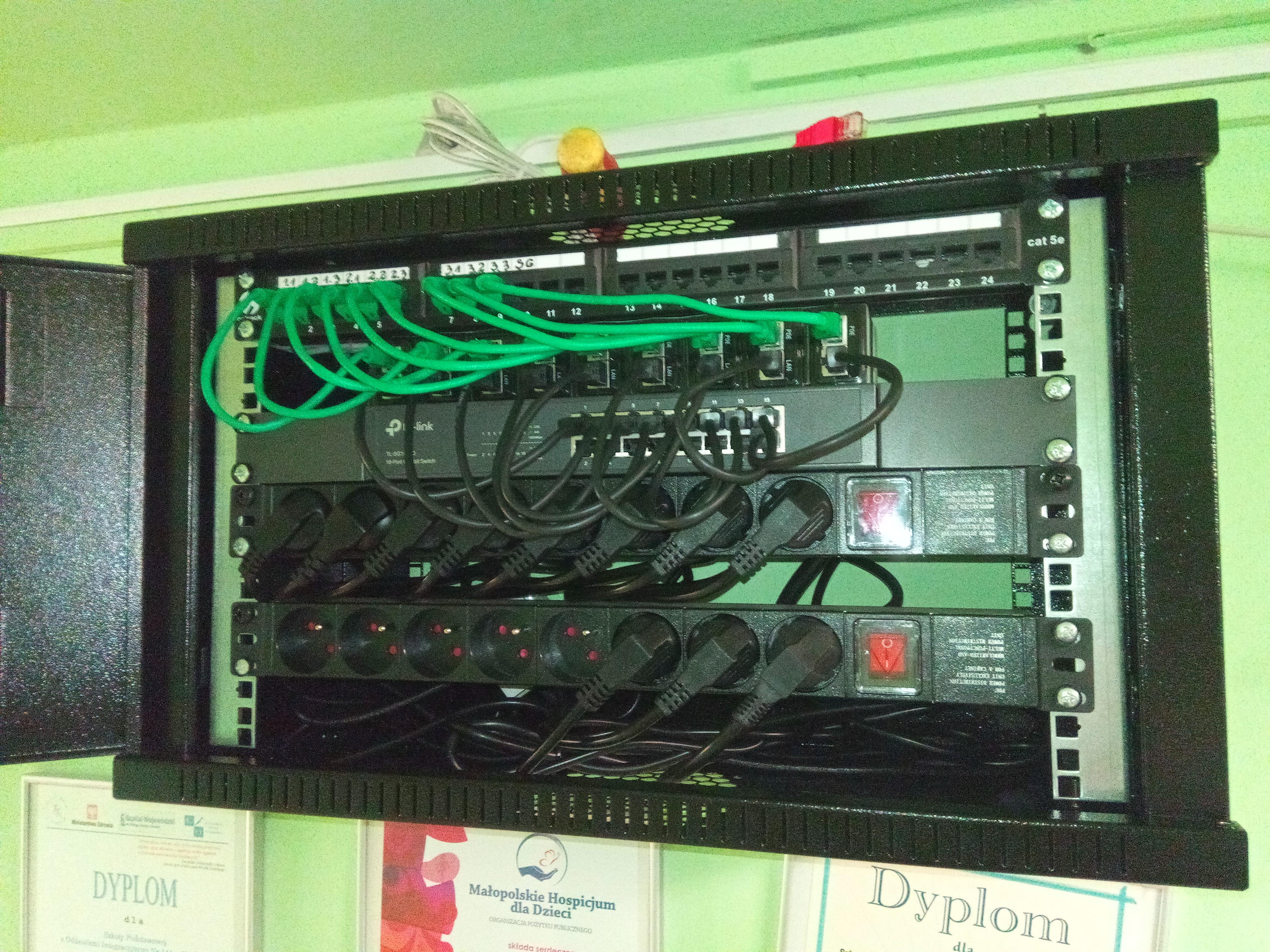 Szafa RACK - urządzenia sieciowe i zasilanie sieci WIFI w całym budynku szkoły