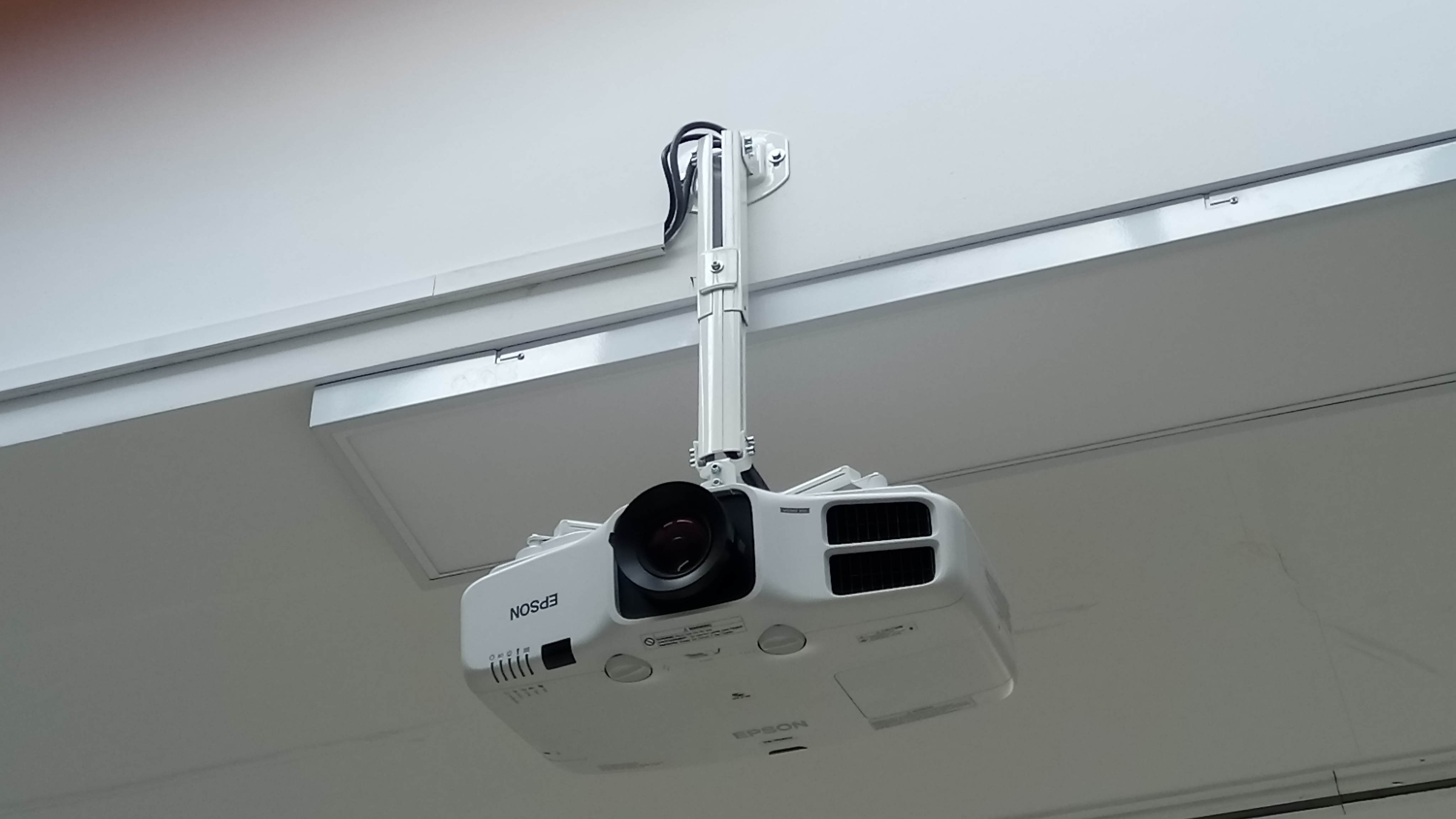 Wyposażenie auli - projektor, ekran i nagłośnienie.
